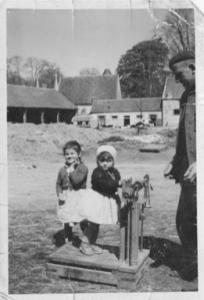 Ancienne photo de la ferme de Beaulieu avec balance