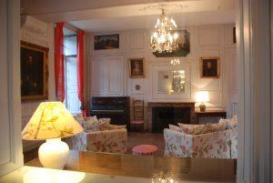 Configuration salon avec piano proche cheminée
